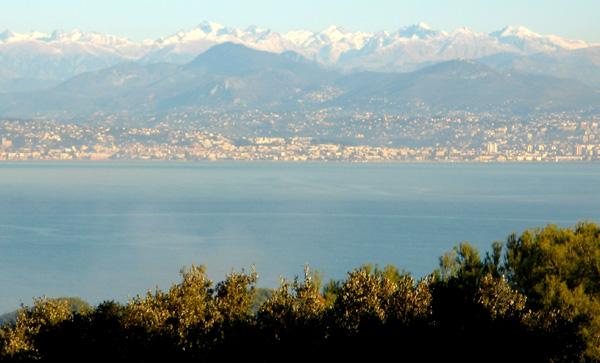 Schneebedeckte Berge – Antibes, Frankreich