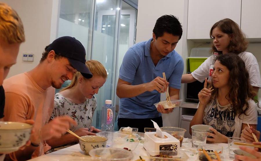 Gemeinschaftliches Mittagessen in unserer Sprachschule in Shanghai