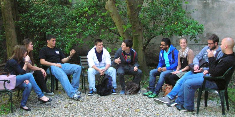 gemeinsames Entspannen im Schulgarten