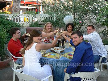 Schüler unserer Schule beim gemeinsamen Abendessen