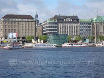 Hamburg vom Fluss aus gesehen