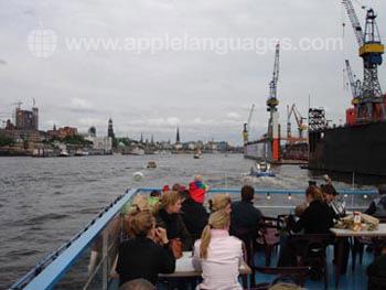 Schüler auf einer Bootstour rund um den hafen