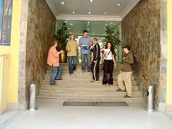 Schüler am Eingang der Schule