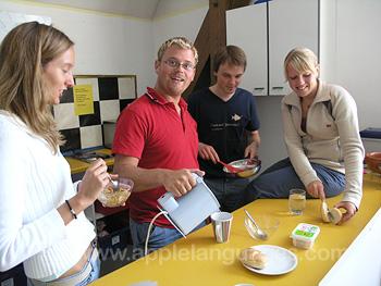 Frühstückszeit in einer Schülerwohnung