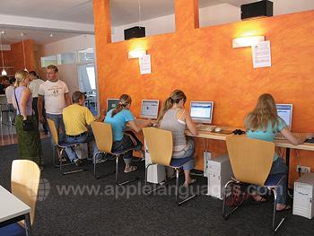 Schüler nutzen das Internetcafé