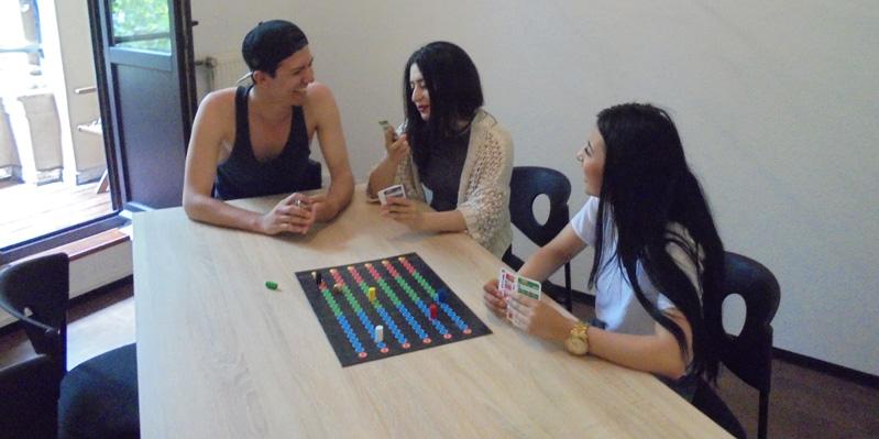 Schüler/-innen spielen Brettspiele