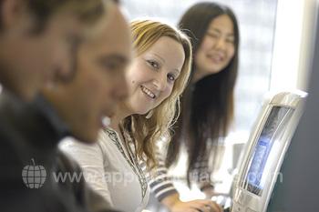 Schüler im Internetcafé der Schule