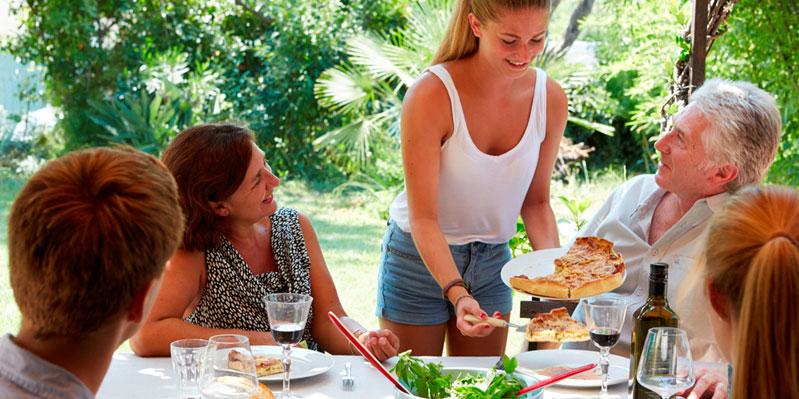 Essen mit den Gastgeber/-innen