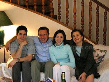 Schülerin mit ihrer Gastfamilie