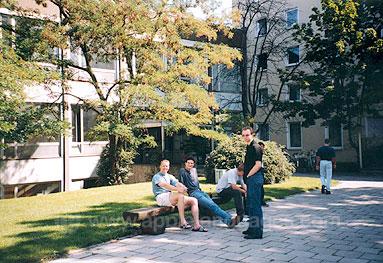 Schüler vor unserer Schule