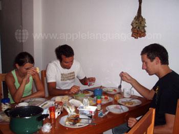 Schüler in einer Wohngemeinschaft beim Abendessen