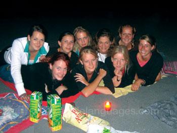 Schüler nachts am Strand