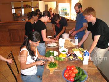 Schüler bei der Zubereitung typisch russischer Gerichte
