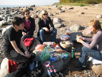 Schüler genießen ein Picknick am Strand