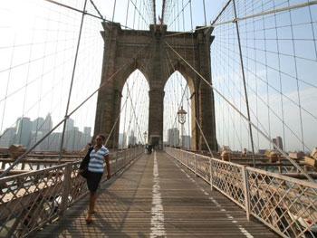 Über die Brooklyn Bridge laufen