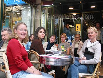 Schüler in einem Café in der Nähe der Schule