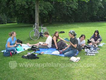 Schüler entspannen im Park