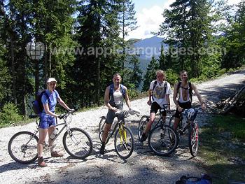 Schüler beim Mountainbiken