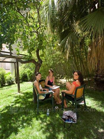 Schüelr entspannen im Garten