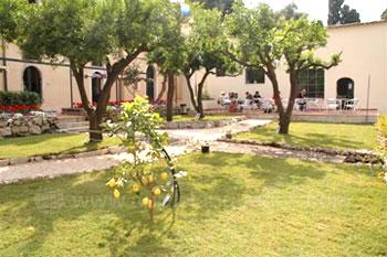 Schulgarten und Schulhof