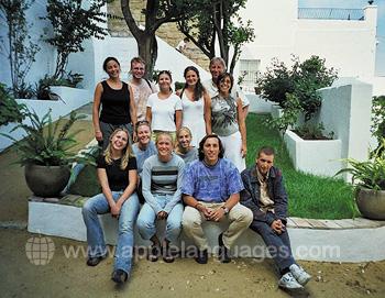 Schüler im Innenhof der Schule
