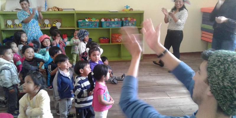 Freiwilligenarbeit mit Kindern aus der Gegend