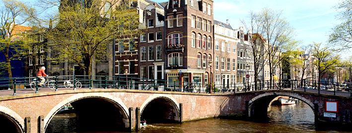 Kanal in Amsterdam mit Fahrradfahrer