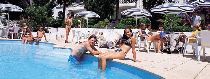 Schüler am Pool in Antibes