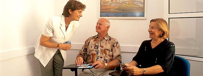 Ältere Sprachschüler lernen Spanisch in Sevilla