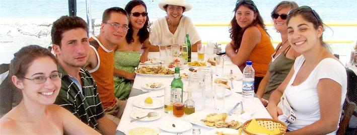 Sprachschüler essen zusammen auf Kreta