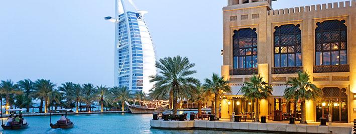Blick auf das Burj Al Arab von Dubais Wasserstraße aus