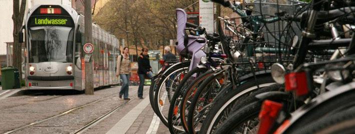 Straße in Freiburg mit Fahrrädern und Tram