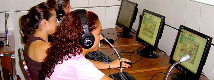Schüler nutzen die Computer an unserer Schule in Guadalajara