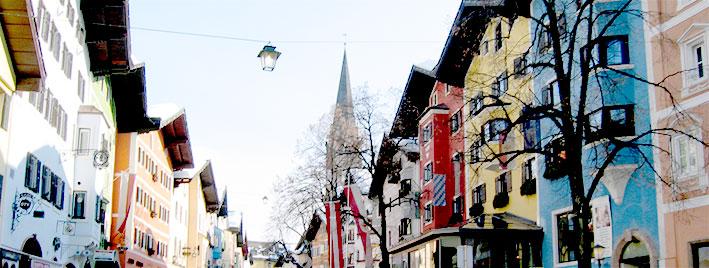 Farbenfrohes Stadtzentrum in Kitzbühel