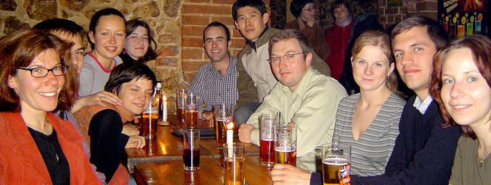 Freundschaften schließen in einem polnischen Pub, Krakau