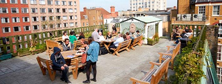 Sprachschüler auf der Terrasse der Londoner Schule