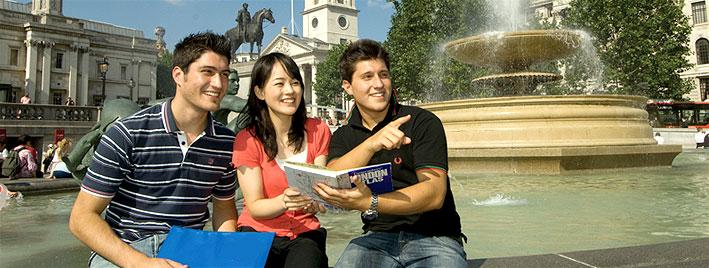 Sprachschüler am Trafalgar square, London