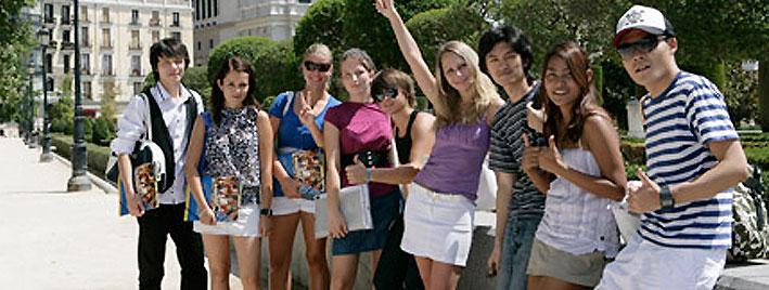 Sprachschüler beim Erkunden Madrids