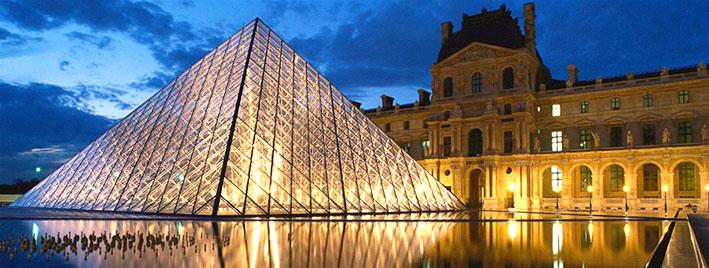 Der Louvre in Paris bei Dämmerung