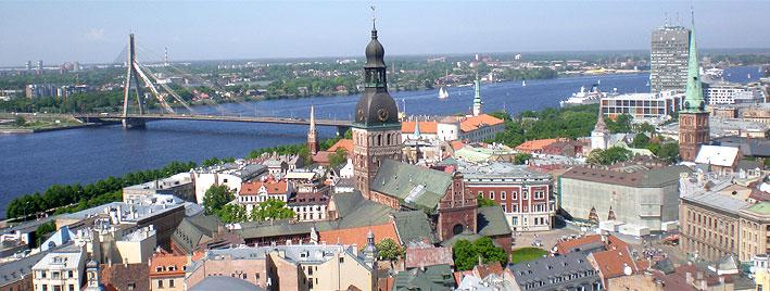 Luftbild von Riga mit der Vanšu-Brücke