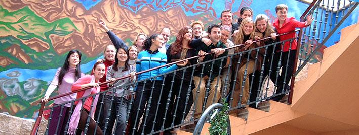Schüler auf der Treppe in der Spanischschule Salamanca