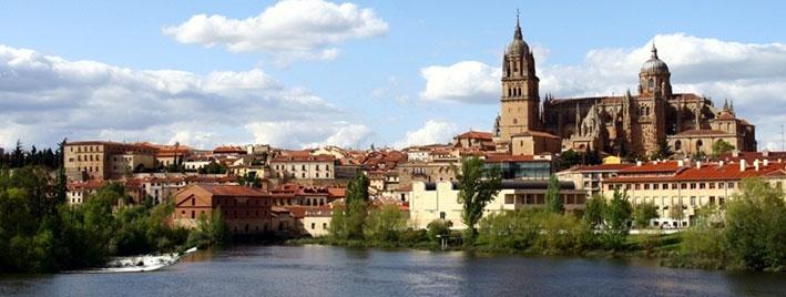 Neue Kathedrale von Salamanca und der Fluss Tormes