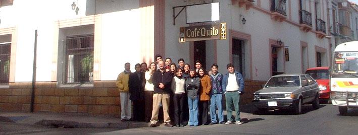 Schüler vor dem Café Quito in Sucre