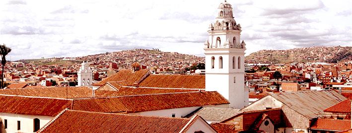 Kirche und Dächer in Sucre, Bolivia