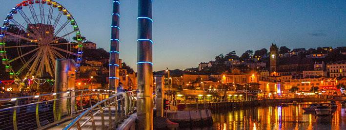 Hafen von Torquay mit Riesenrad bei Nacht