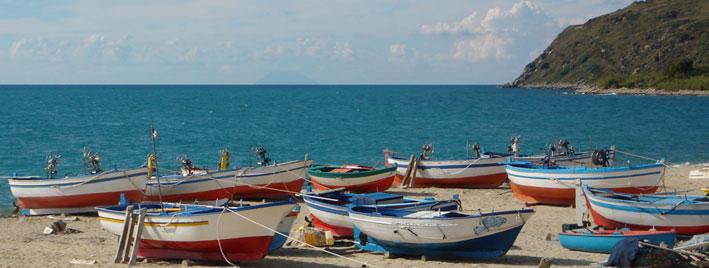 Bunte Boote in Tropea, Italien