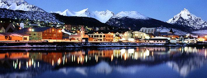 Ushuaia bei Nacht mit dem Gletscher Martial