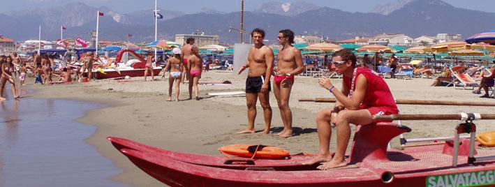 Rettungsschwimmer und Italiener am Strand, Viareggio