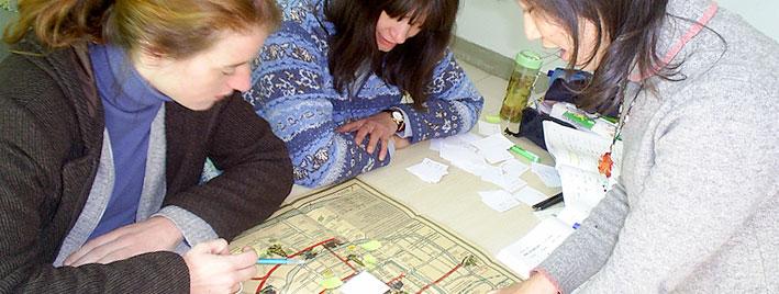 Lesen einer chinesischen Karte in der Schule in Xi'an