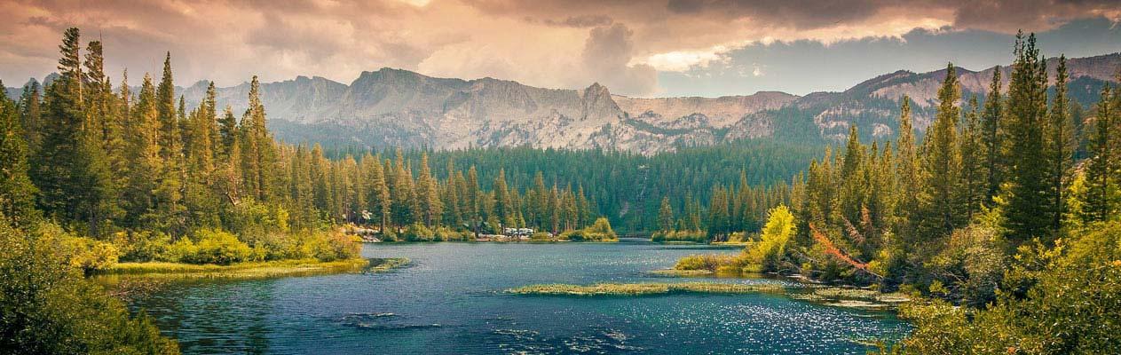 Kanadischer See, Berge und Bäume